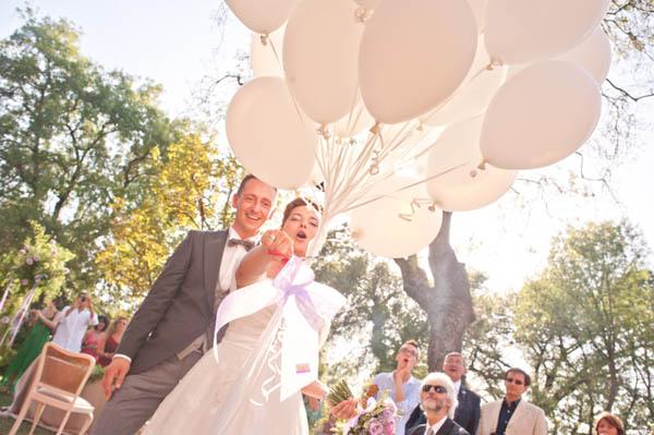Dettagli colorati e una sposa in abito corto