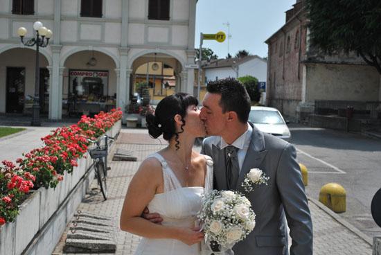 Un abito da sposa corto e tocchi di rosa: Morena e Matteo