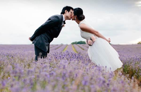 prewedding shoot in un campo di lavanda
