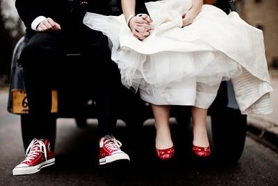 Lo sposo in Converse