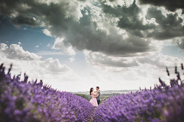 engagement shoot in un campo di lavanda
