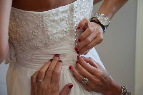 un matrimonio rilassato con uno sposo in converse (5)