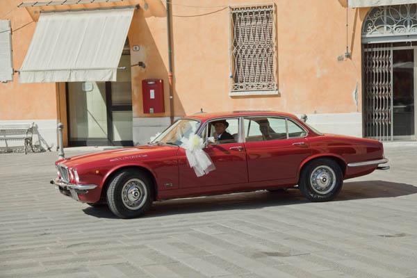 un matrimonio rilassato con uno sposo in converse (10)