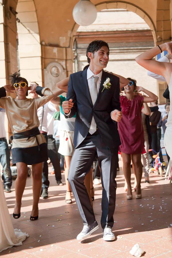 un matrimonio rilassato con uno sposo in converse (21)
