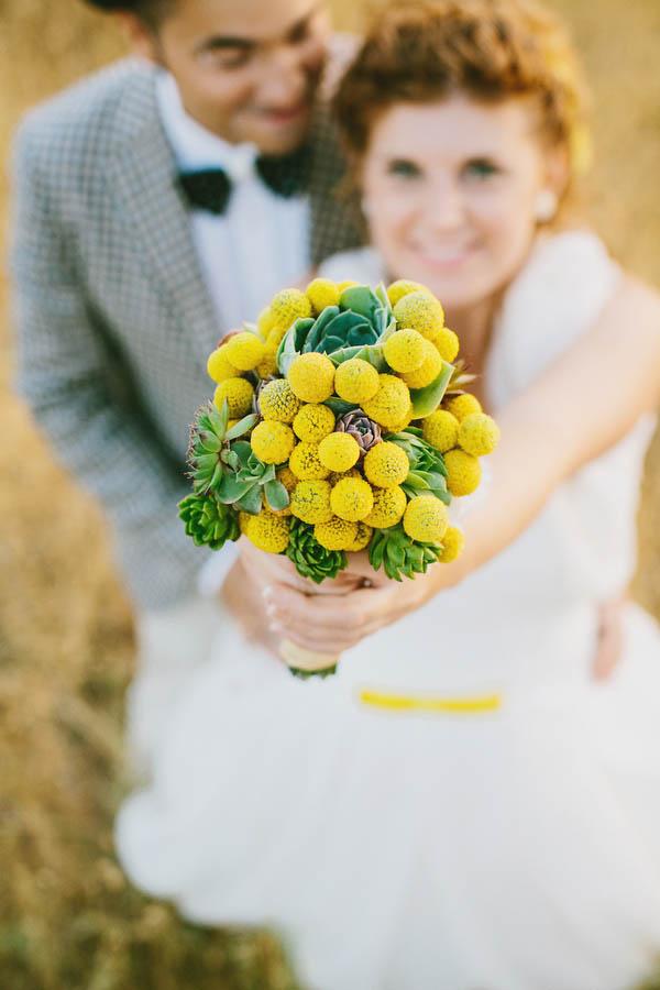 bouquet di craspedia e piante succulente