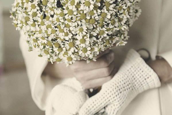 Un abito da sposa corto, fiori di camomilla e vibrazioni anni '60: Patrizia ed Ennio