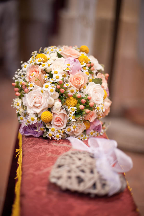 bouquet country chic con camomilla, rose, craspedia e bacche