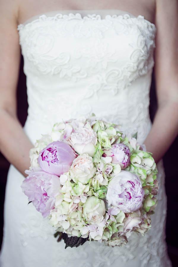 bouquet di peonie rosa e orchidee verdi