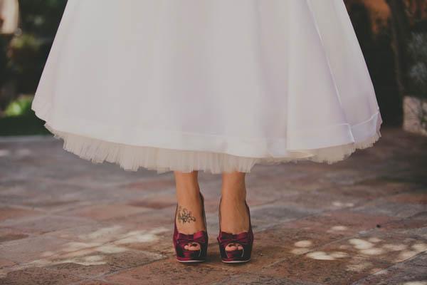 Sposa Scarpe Colorate.Matrimonio Anni 50 E Una Sposa Con Le Scarpe Viola
