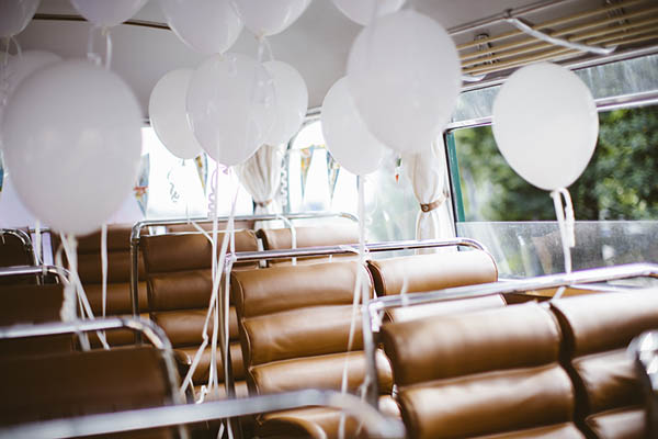 autobus vintage con palloncini