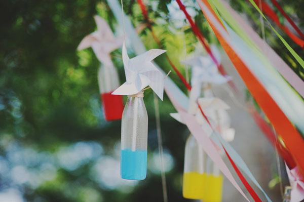 bottigliette di vetro sospese, girandole e nastri