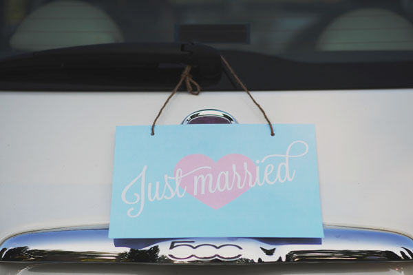 decorazione per l'auto cartello just married
