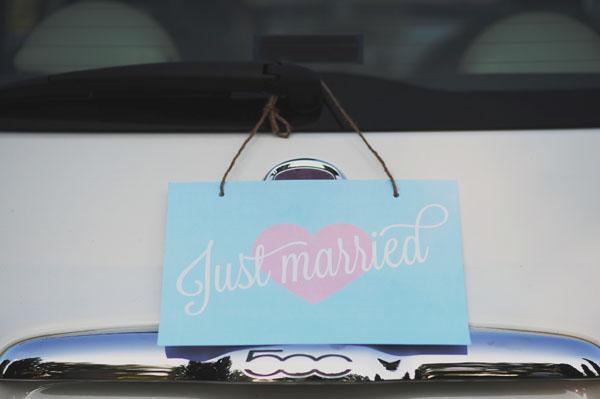 decorazione per l'auto cartello just married