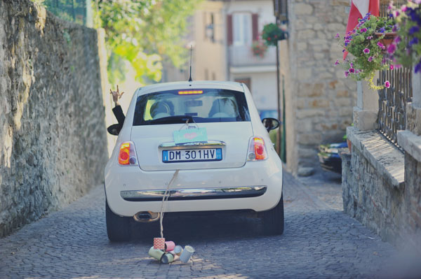 decorazione per l'auto cartello just married e lattine
