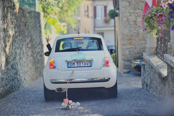 decorazione per l'auto cartello just married e lattine