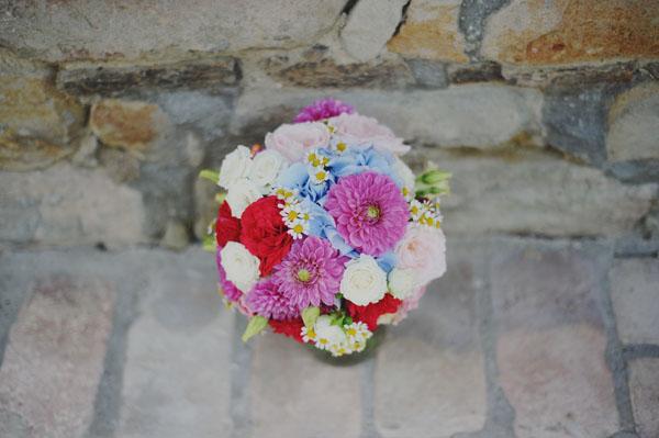 bouquet da sposa rosso, azzurro, bianco e rosa con dalie, ortensie, camomilla, rose, garofani e rose da giardino