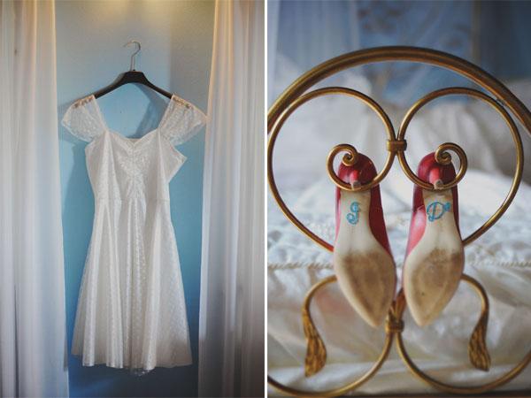abito da sposa corto e scarpe rosse