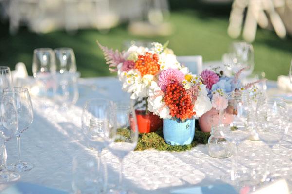 centrotavola matrimonio con barattoli dipinti e  ortensie, rose, dalie, garofanini, astilbe, camomilla, bacche, rose da giardino, more e craspedia