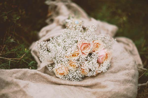 bouquet con rose pesca e gypsophila