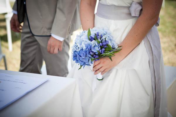 Matrimonio Azzurro Xl : Matrimonio azzurro con libri e ortensie