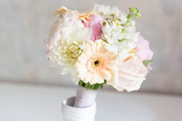 bouquet da sposa con peonie, gerbere, dalie, camomilla