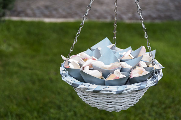 cestino coni riso grigio perla e petali di rosa_KairosEvents
