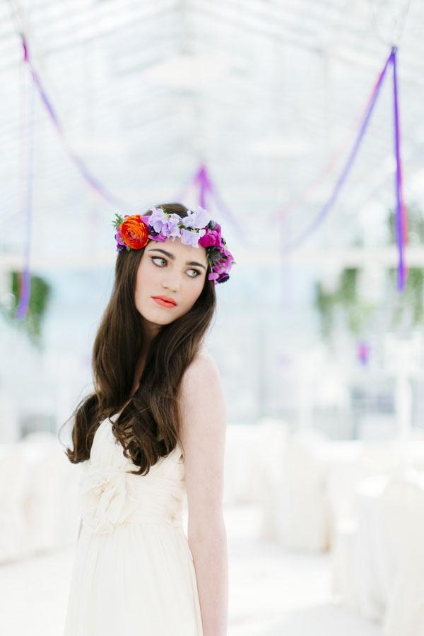 Sposa con corona di fiori viola, lilla e rossa