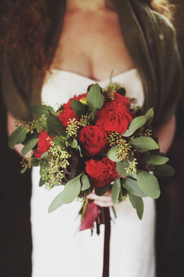bouquet rosso con dalie e rose inglesi