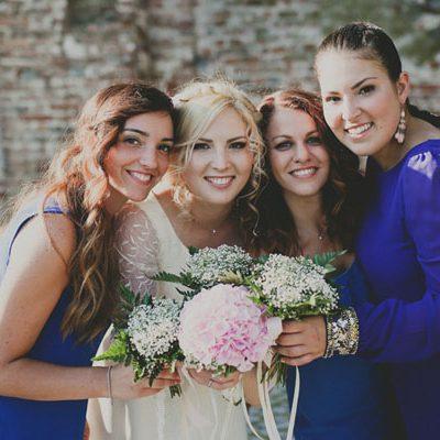 Un abito da sposa vintage e damigelle in blu: Evelina e Gabriele