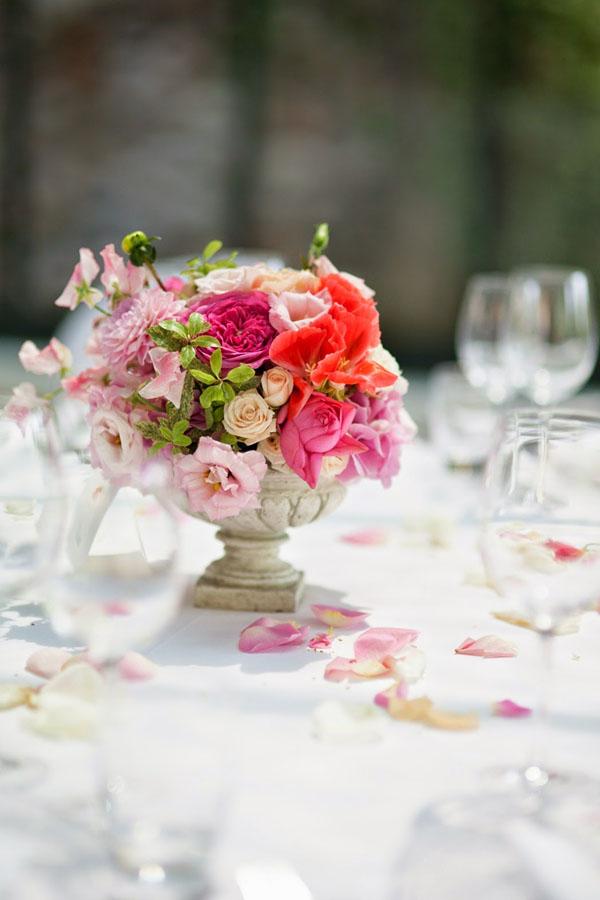 centrotavola con fiori rosa, fucsia e corallo