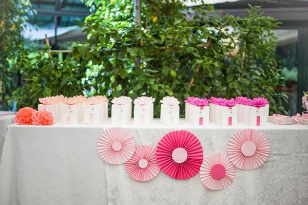 allestimento tavolo bomboniere con girandole rosa e fucsia