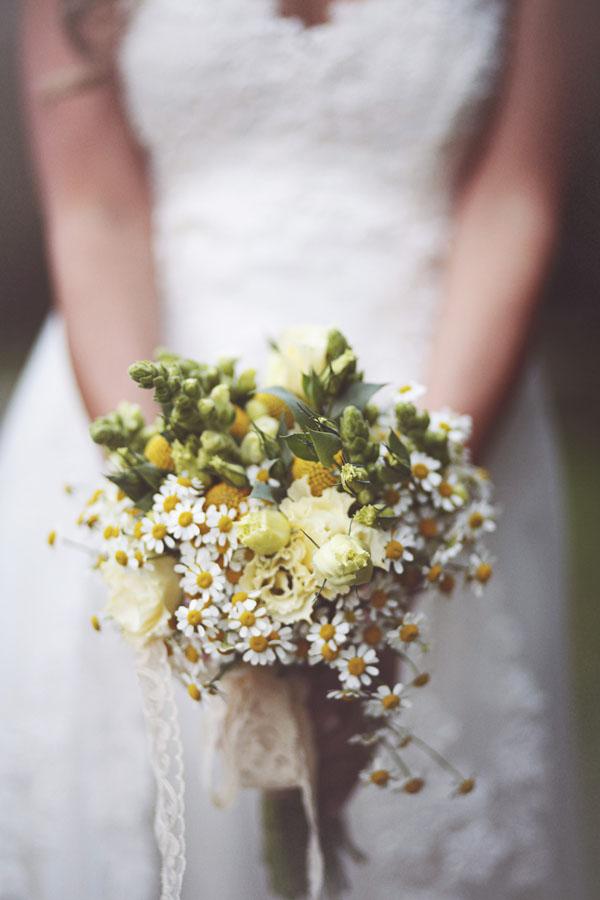 bouquet rustico con camomilla e craspedia