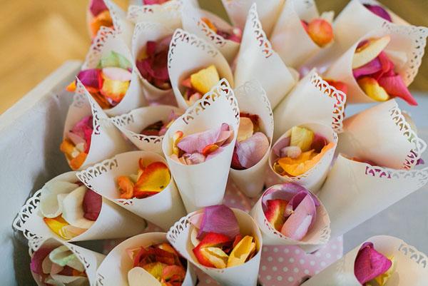 coni porta riso con petali colorati