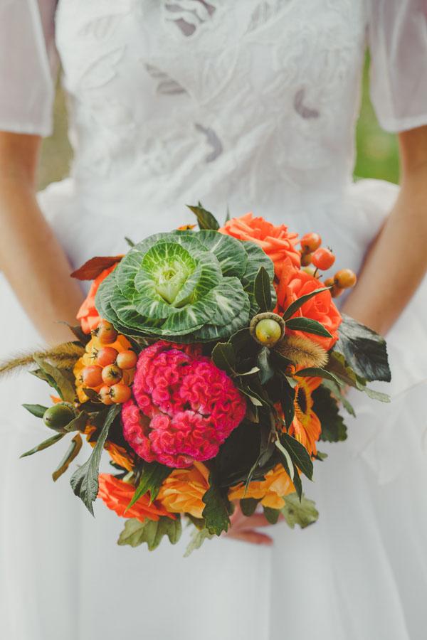bouquet autunnale con cavolo, ghiande, bacche e celosia