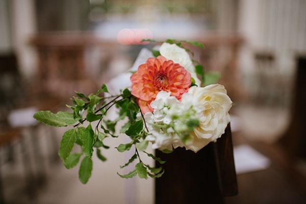 decorazione chiesa con fiori bianchi e dalie corallo