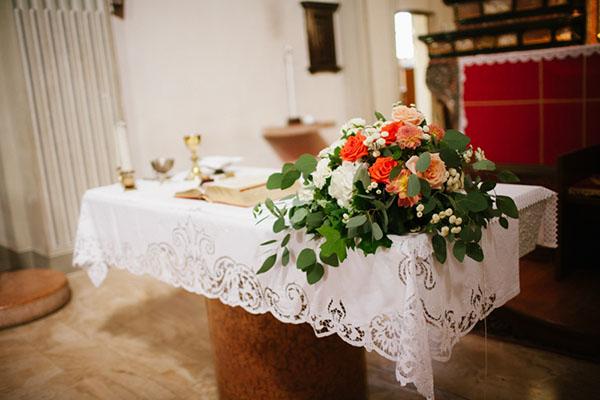 allestimento cerimonia con fiori bianchi e corallo