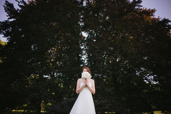 sposa con bouquet bianco