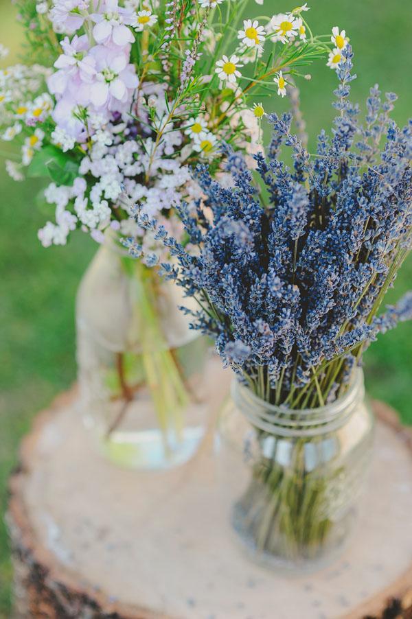 vasetti di lavanda e fiori di campo