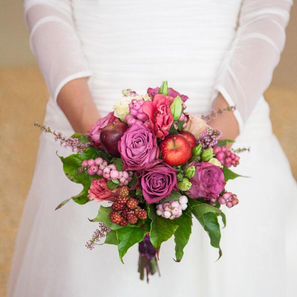 bouquet con rose, mele, bacche e more