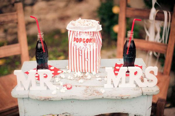 decorazioni anni 50 con coca cola e popcorn