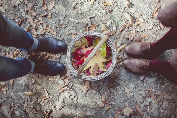 cestino con foglie autunnali