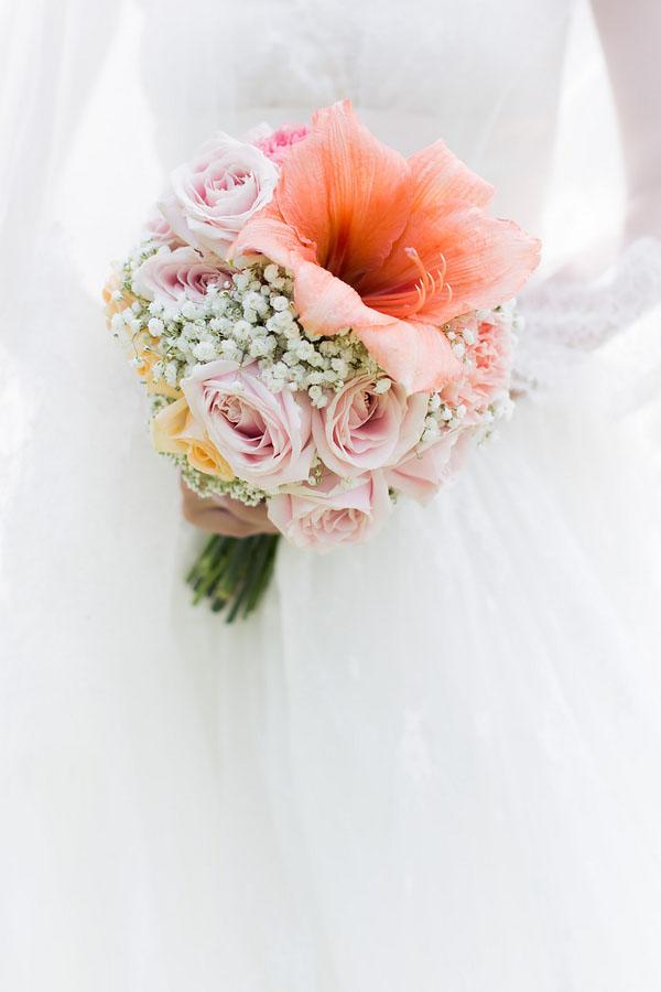 bouquet rosa e pesca con rose, gypsophila e amaryllis