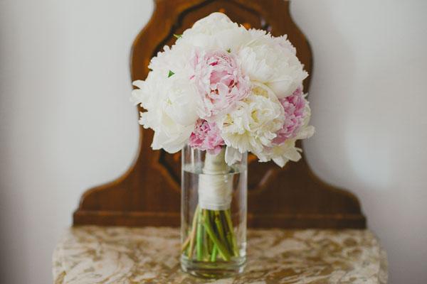bouquet di peonie rosa e bianche