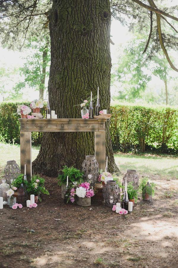 allestimento cerimonia con cornice di camino, fiori e libri