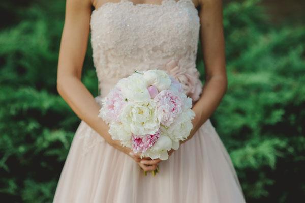 abito da sposa rosa cipria e bouquet di peonie