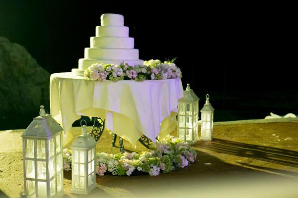 tavolo della torta con fiori e lanterne