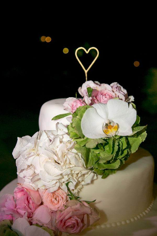 torta decorata con ortensie verdi, phalenopsis bianche e rose rosa
