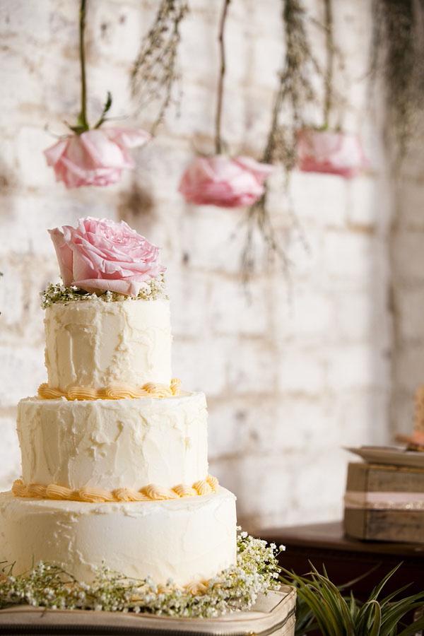 torta decorata con rosa e gypsophila