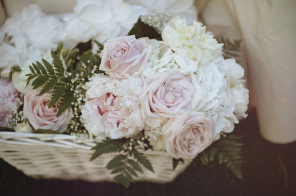 rose rosa in cesta di vimini