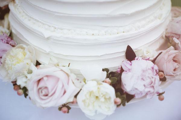 torta con rose rosa e bianche